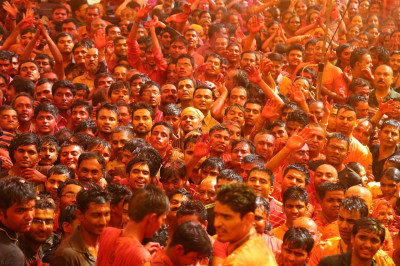 Thousands of disciples rejoice as they are showered with colour