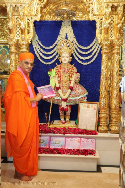 Acharya Swamishree Maharaj with the Shree Muktajeevan Swamibapa Smruti Mandir Rajat Mahotsav invitations