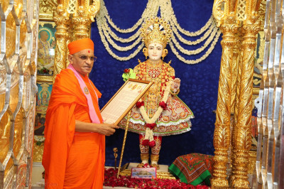 Acharya Swamishree Maharaj reads the prayer to the Lord