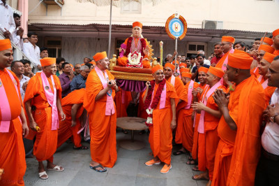 Divine darshan of Jeevanpran Swamibapa being carried by Acharya Swamishree Maharaj and sants