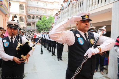 Shree Muktajeevan Swamibapa Pipe Band gives salute to Jeevanpran Swamibapa