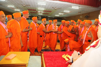 Acharya Swamishree Maharaj and sants perform aarti