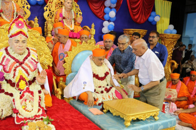 Disciples perform poojan to Acharya Swamishree Maharaj