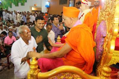 Acharya Swamishree Maharaj gave darshan to all the disciples