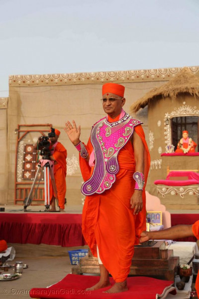 Acharya Swamishree Maharaj showers His divine darshan as the band gives a salute