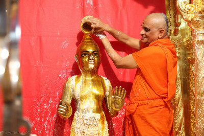 Shree Harikrishna Maharaj being bathed with honey