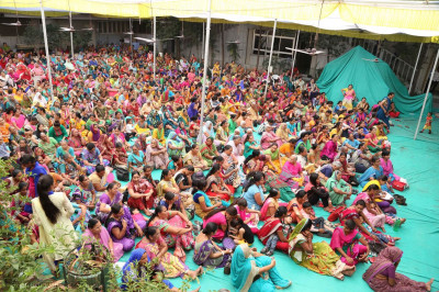 Hundreds of disciples filled the forecourt of Maninagar Mandir
