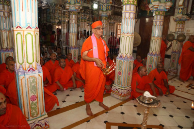 Acharya Swamishree Maharaj performs the annakut aarti