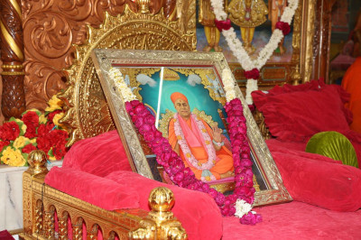 Jeevanpran Swamibapa gives darshan on Shree Swaminarayan Gadi