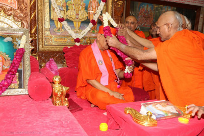 Sadguru sants perform poojan to Acharya Swamishree Maharaj