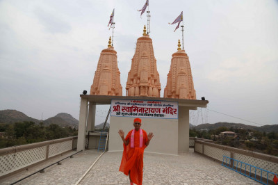 His Divine Holiness Acharya Swamishree blesses all from the roof of Shree Swaminarayan Mandir Mount Abu