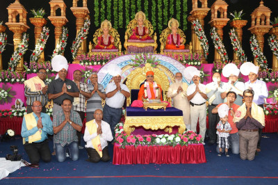 His Divine Holiness Acharya Swamishree blesses disicples who have sponsored the scripture recitals