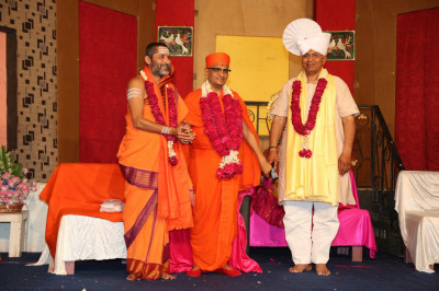 His Divine Holiness Acharya Swamishree blesses both honoured guest