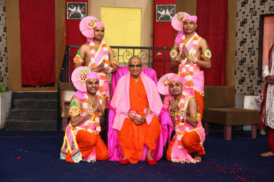 His Divine Holiness Acharya Swamishree blesses Sants who took part in the devotional dance