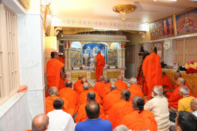 His Divine Holiness Acharya Swamishree performs mangla aarti at Shree Swaminarayan Mandir Mount Abu