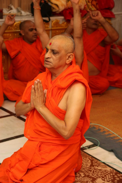 His Divine Holiness Acharya Swamishree prays to Lord Shree Swaminarayanbapa Swamibapa