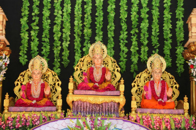 Divine darshan of Lord Shree Swaminarayanbapa Swamibapa seated on the magnificent stage