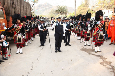 Shree Muktajeevan Swamibapa Pipe Band Maninagar and London perform during the mini procession from Shree Swaminarayan Mandir Mount Abu to the stage
