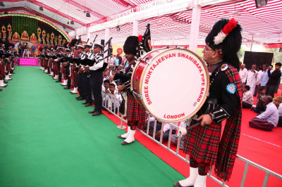 Shree Muktajeevan Swamibapa Pipe Band London and Shree Muktajeevan Swamibapa Pipe Band Maninagar perform welcoming Acharya Swamishree to the stage