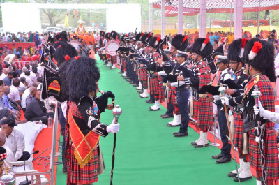 Shree Muktajeevan Swamibapa Pipe Band Maninagar and London perform welcoming His Divine Holiness Acharya Swamishree to the stage