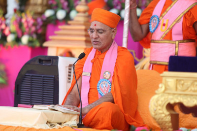 Sadguru Shree Jitendriyapriydasji Swami performs the scripture recital of Shree Abji Bapashree ni Vato part 1
