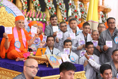 "His Divine Holiness Acharya Swamishree officially launches the CD of devotional songs titiled  ""Mandir Morari Aavya """