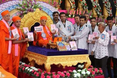 His Divine Holiness Acharya Swamishree officially launches a new publication about Jeevanpran Shree Muktajeevan Swamibapa and Mount Abu