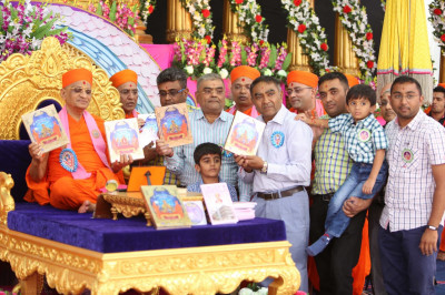 His Divine Holiness Acharya Swamishree officially launches another edition of Shree Swaminarayan Gadi Granth