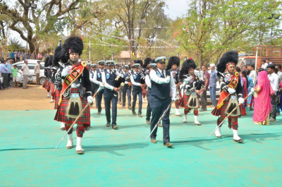 Shree Muktajeevan Swamibapa Pipe Band London and Maningar perform escorting the honoured guests to the stage
