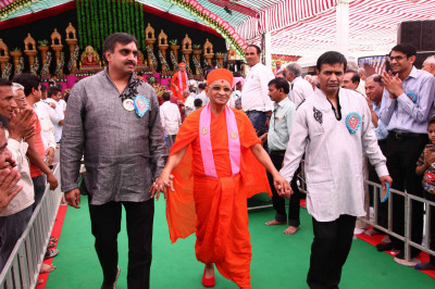 Disciples escort His Divine Holiness Acharya Swamishree to Shree Swaminarayan Mandir Mount Abu