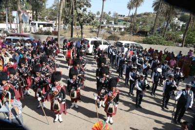 Shree Muktajeevan Swamibapa Pipe Band London and Maninagar perform a salute