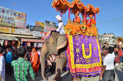 Divine darshan of Lord Shree Swaminarayan and sants seated on one of the elephants