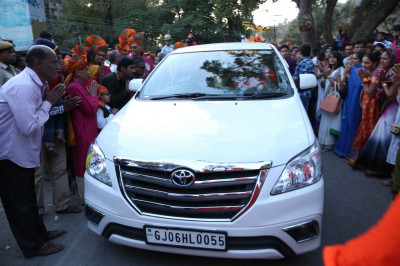 His Divine Holiness Acharya Swamishree arrives back to Shree Swaminarayan Mandir Mount Abu