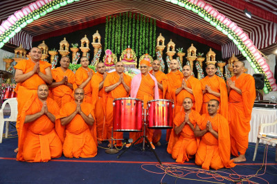 His Divine Holiness Acharya Swamishree blesses all sants that took part in the evening programme