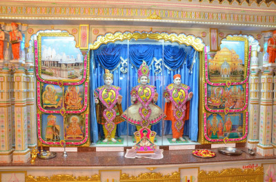 Divine darshan of Lord Shree Swaminarayan, Jeevanpran Shree Abji Bapashree and Jeevanpran Shree Muktajeevan Swamibapa at Shree Swaminarayan Mandir Mount Abu