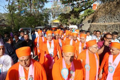 Sants and hundreds of disciples take part in the mini procession from the mandir to the stage