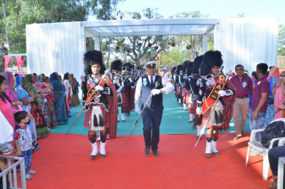 Shree Muktajeevan Swamibapa Pipe Band Maninagar and London perform together leading the processesion towards the stage