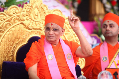 Acharya Swamishree showers His divine blessings on all