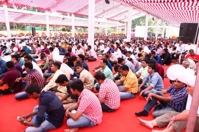 Disciples listen attentively as Acharya Swamishree showers His divine blessings