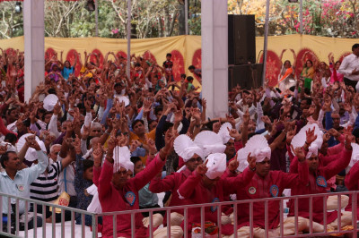 Disciples hail the divine names of the Lord as Acharya Swamishree concludes His divine blessings