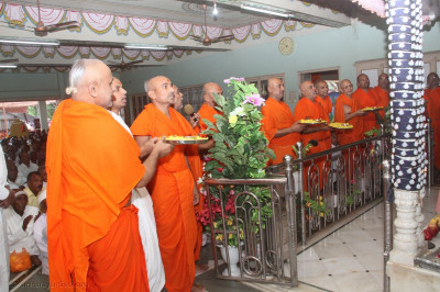 Sants perform aarti to the Lord