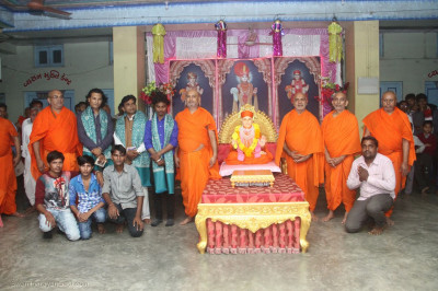 Jeevanpran Swamibapa gives darshan to sants and the performers