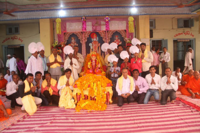 Jeevanpran Swamibapa gives darshan to disciples on whose behalf the parayan took place
