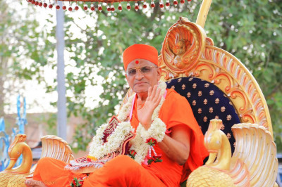 Acharya Swamishree Maharaj gives darshan during the procession