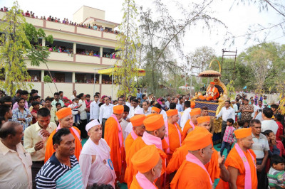 Acharya Swamishree Maharaj arrives at the gates of the sabha mandap