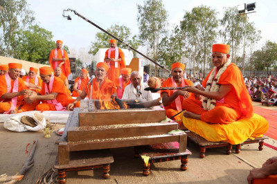 Acharya Swamishree Maharaj performs the mahapooja ceremony