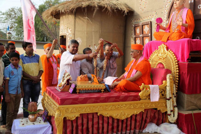 A garland is put on Acharya Swamishree Maharaj by disciples