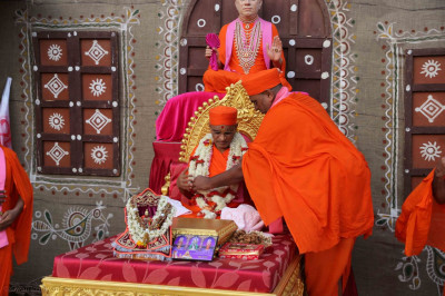 Resident sants of Vaghjipur Mandir put garland on Acharya Swamishree Maharaj