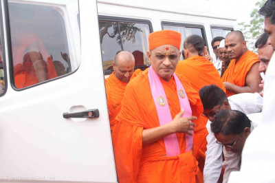 Sants and disciples greet Acharya Swamishree Maharaj on His arrival
