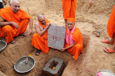 Acharya Swamishree Maharaj hold the plaque
